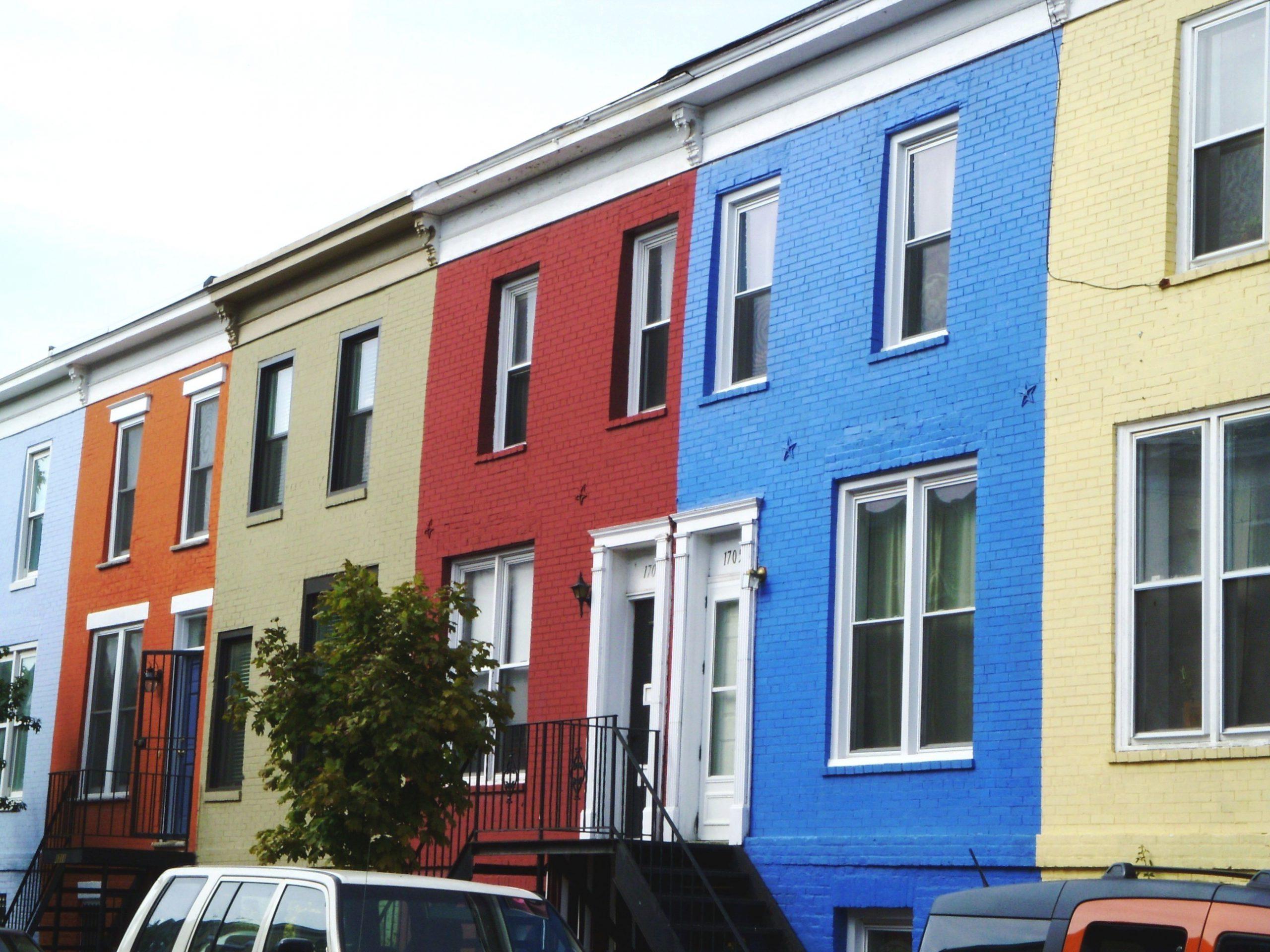 straat met gekleurde huizen